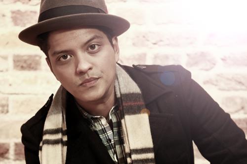 fc8a90288e10b Nascido no Hawai, Bruno Mars começou a fazer sucesso devido a sua voz. Logo  o que também chamou atenção no rapaz foi seu visual, que incorpora peças ...