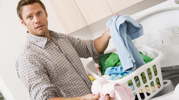 Homem Lavando Roupas