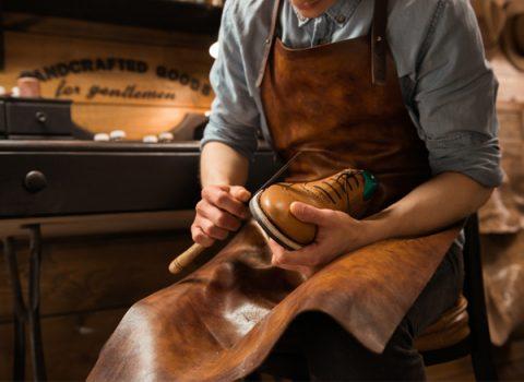 Uma profissão que vai além da conservação e reparos de calçados: Hoje é Dia do Sapateiro