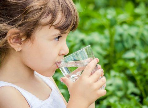 Dicas para manter a hidratação da criança na hora de brincar