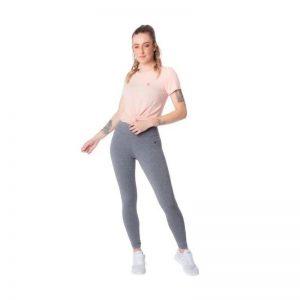 Modelo com uma calça Legging Feminina Fila Flat Life Cinza Mescla