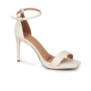 Calçado: Sandália de salto feminina na cor branca com o bico quadrado
