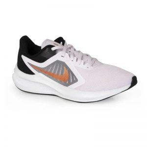 Tênis para praticar Atividades Física da marca Nike, na cor cinza.
