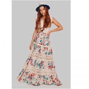 Modelo usando uma saia em um tom pastel, e com estampa floral e detalhes com renda