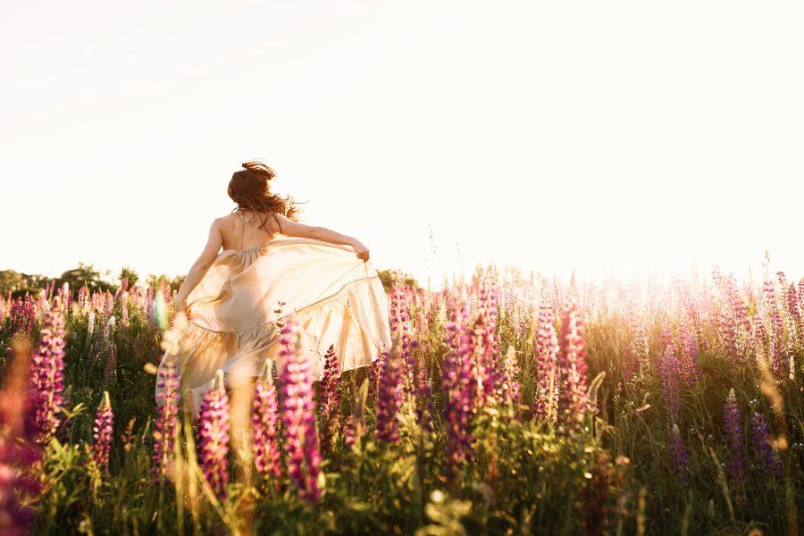 Mulher se divertindo em um bosque na primavera