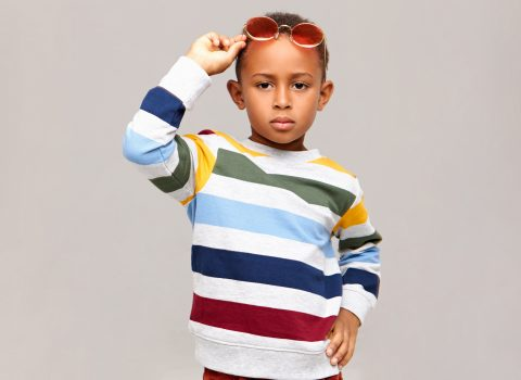 Criança fazendo pose para foto